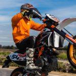 バイクのウィリーのやり方を解説!道路交通法違反になる可能性は?
